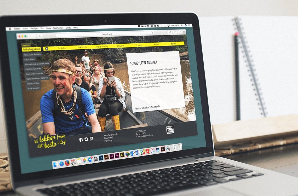 Nettsidene til Bømlo Folkehøgskole presentert på en skjerm