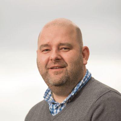 Iver Bunes - Tekstforfatter og journalist