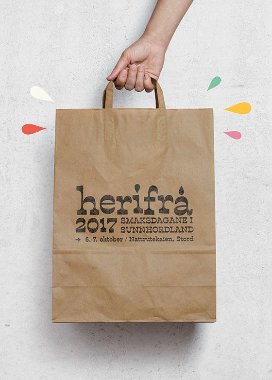 Papirpose med påtrykket Herifra-grafikk